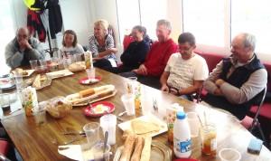 Beaucoup d'entrain au petit déjeuner pris en commun par les régatiers après une navigation de nuit éprouvante....