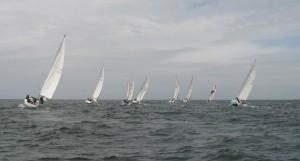 La flotte file vers les Perches avant de disparaitre à l'horizon...partis pour une nuit de navigation